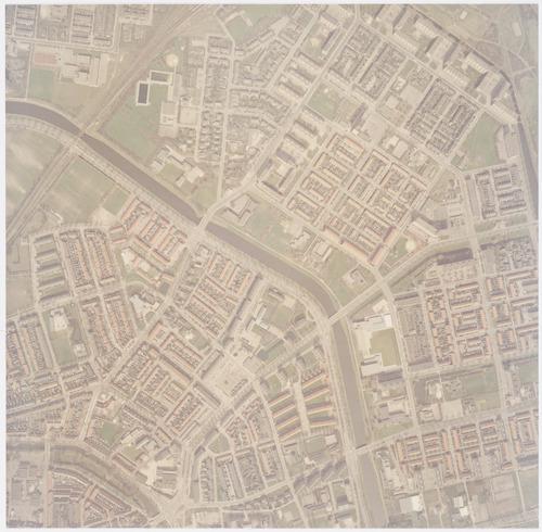 Luchtfoto van de wijken Liendert (rechts) en Kruiskamp, van elkaar gescheiden door het Valleikanaal.