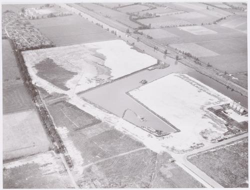 Luchtfoto van de pas aangelegde Insteekhaven en omgeving. Rechts de Eem. De Nijverheidsweg-Noord (rechts onderaan) was nog niet verder doorgetrokken.