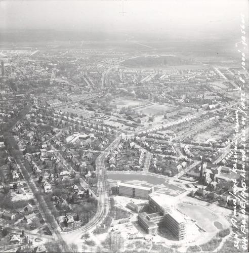 Luchtfoto van het pas voltooide ziekenhuis De Lichtenberg aan de Utrechtseweg 160, met het Bergkwartier in oostelijke richting.
