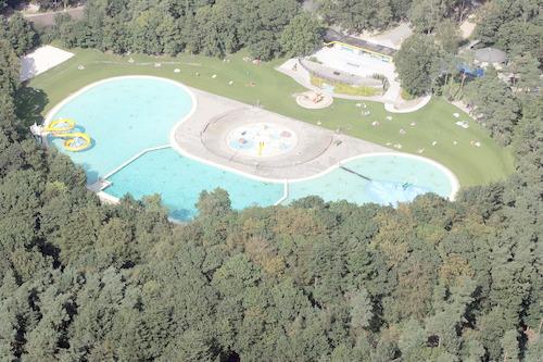 Luchtfoto van het Bosbad Birkhoven.