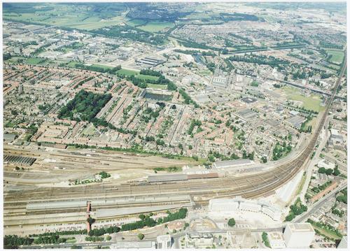 Luchtfoto van het station, het spoorweg emplacement, een deel van het Soesterkwartier, de Isselt e.v.