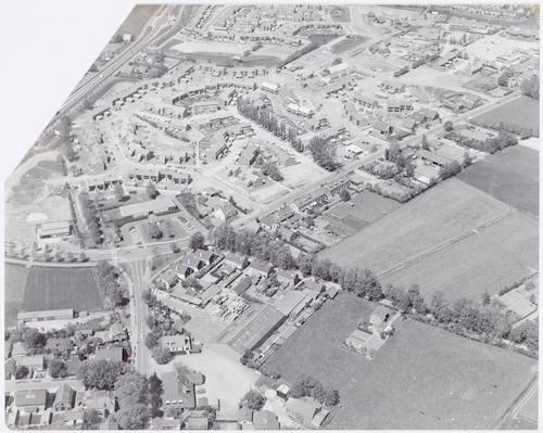 Luchtfoto van Hoogland. Links onder de Hamseweg, in het midden (dwars) de Zevenhuizerstraat. Daarachter de nog niet geheel voltooide nieuwbouw van het wijkje Bieshaar.