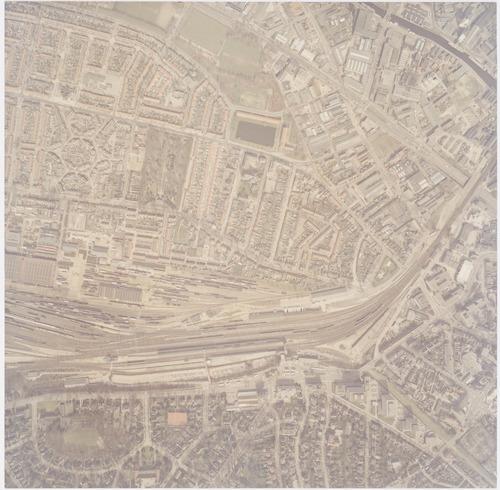 Luchtfoto van het Soesterkwartier en De Isselt, beide gedeeltelijk. Onder de spoorlijnen is een deel van de Berg te zien, met het stationsgebied.