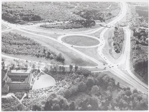 Luchtfoto van de Stichtse Rotonde. Op de voorgrond links het Sint Helenaklooster aan de Daam Fockemalaan 10. Rechts de Utrechtseweg. Bovenaan rechts de nieuwe rijksweg naar Hoevelaken en Zwolle.
