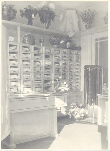 Interieur van de winkel in damesmodeartikelen van for Interieur winkel utrecht