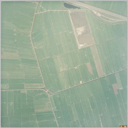 Luchtfoto van het poldergebied ten zuiden van parkeerterrein De Slaag aan de A1. Rechtsboven de Neerzeldertse polder, tussen de Oude Lodijk (bovenaan bij het meertje), Achter Eemlandseweg (links) en Neerzeldertseweg (vanaf het kruispunt naar rechts). Links op de foto ligt bovenaan de Eemlandse polder (gemeente Baarn), onderaan polder De Slaag, in de bocht van de Slaagseweg. Rechtsonder de Overzeldertse polder.