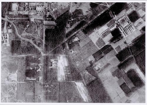 Luchtfoto van Kamp Amersfoort met gevangenen op de appèlplaats. Het noorden is aangegeven.
