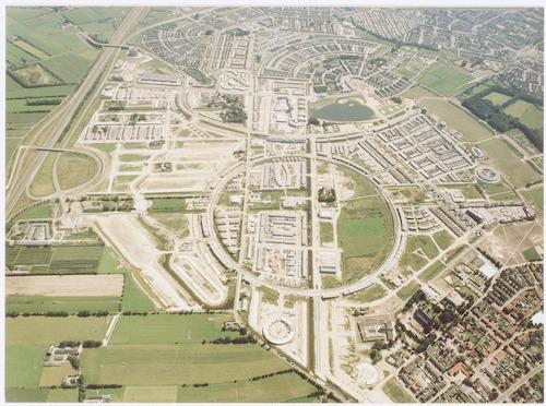 Luchtfoto van de wijk Kattenbroek in aanleg, vanuit het noorden gezien. Bovenaan links De Brand en Zielhorst, rechts Schothorst. Onderaan rechts een hoekje van Hoogland.