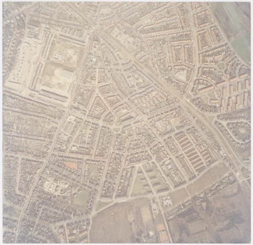 Luchtfoto van het Leusderkwartier en (rechts van de Ponlijn) de wijk Dorrestein. Aan de Leusderweg (links) ligt het terrein van de voormalige Juliana van Stolbergkazerne, dat op dat moment veranderde in een woonwijkje.