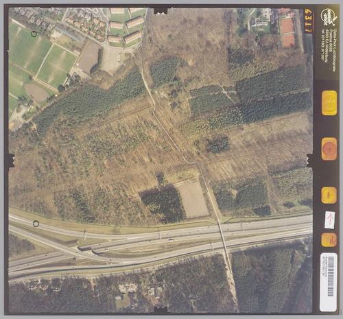 Luchtfoto van Nimmerdor. Dwars door het bosgebied loopt de Buurtweg, die met een brug Rijksweg A28 en Dodeweg oversteekt. Midden onderaan het Internationale School voor Wijsbegeerte.