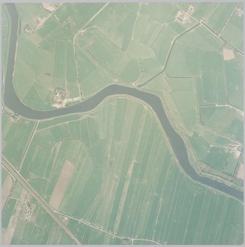Luchtfoto van de Eem tussen Hoogerhorst (linksboven) en landgoed Coelhorst (rechts). Ten zuiden van de rivier ligt de gemeente Soest. Schaal 1:2500.