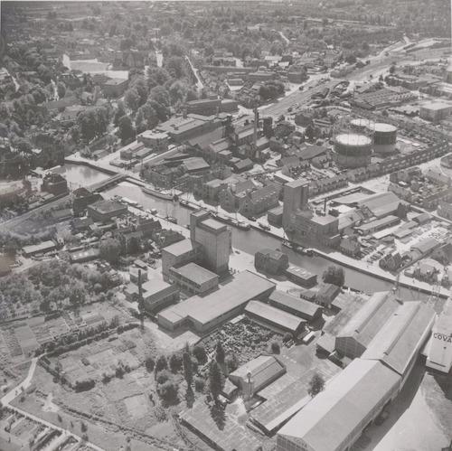 Luchtfoto van de bedrijven aan de Grote Koppel (voorgrond) en Kleine Koppel. Links de spoorlijn naar Zwolle en Apeldoorn.