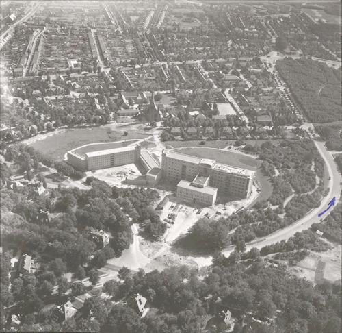 Luchtfoto van het pas voltooide ziekenhuis De Lichtenberg aan de Utrechtseweg 160, in zuidoostelijke richting gezien. Rechts de Hugo de Grootlaan, links de Vondellaan.