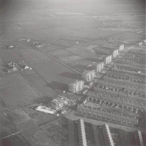 Luchtfoto van de nieuwbouw langs het Vreeland. Rechts de Plataanweg, Esdoornstraat enz.. Links de Miacoweg en de weilanden bij Soest.