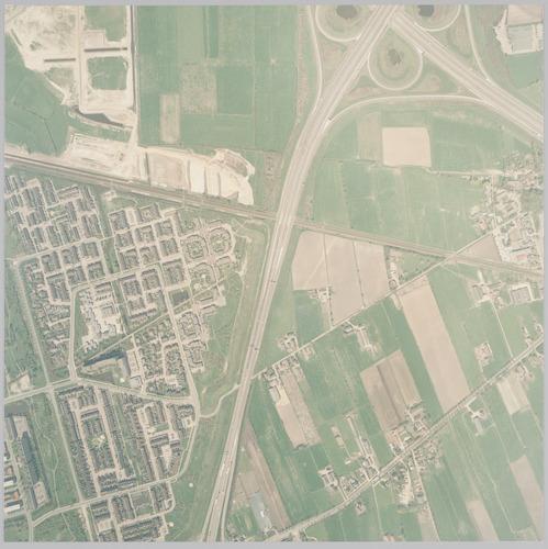 Luchtfoto van het gebied ten zuiden van Verkeersplein Hoevelaken. Rechts liggen boven de spoorlijn naar Apeldoorn: Vinkenhoef; eronder De Wieken met de Oude Lageweg en de Hogeweg. Links de wijk Rustenburg. Linksboven wordt De Hoef getransformeerd tot bedrijventerrein. Schaal 1:2500.