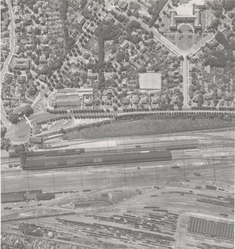 Luchtfoto van het station, het spoorwegemplacement en de voet van het Bergkwartier.
