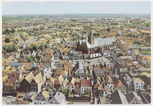 Overzichtsfoto van de Hof en omgeving, vanaf de Onze Lieve Vrouwetoren. Op de voorgrond de achterzijde van de Krommestraat, rechts de Langestraat.
