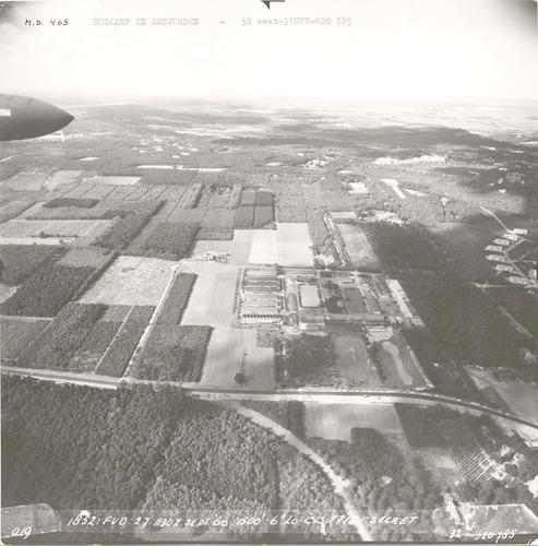 Luchtfoto van kazerne De Boskamp aan de Appelweg. Op de voorgrond de Doornseweg; de Appelweg ligt in het midden. Rechts de Laan 1914 (haast niet zichtbaar) en de Arubalaan.
