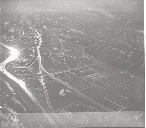 Luchtfoto van het Industriekwartier Isselt met de Eem, gezien richting binnenstad. Direct langs de Eem loopt de Havenweg; in de schaduw rechts ligt het Soesterkwartier. Verder o.a. de Nijverheidsweg, Industrieweg, Amsterdamseweg.