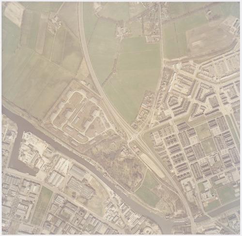 Luchtfoto van de wijk Schothorst, ten oosten van de Eem. Dwars door het gebied loopt de Bunschoterstraat. Links daarvan zien we de voormalige Schans en het M.O.B.-terrein. Vanaf de Bunschoterstraat begint (midden op de foto) de Hamseweg rechtsaf zijn route naar Hoogland. In het midden bovenaan: boerderij Groot Weede aan de Van Boetzelaerlaan.