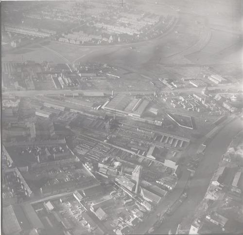 Luchtfoto van het gebied tussen Kleine Koppel (voorgrond) en Dollardstraat. In het midden de Nijverheidsweg.