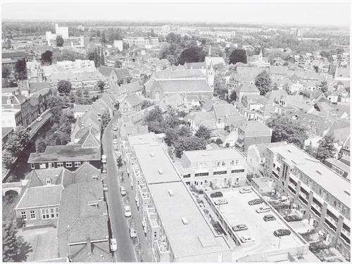 Panorama vanaf de Onze Lieve Vrouwetoren op de Breestraat en omgeving. Links de Kardinaal de Jongschool voor Mavo en de Westsingel. Rechts de bebouwing tussen Breestraat en Langegracht. Meer naar achteren toe o.a. de Elleboogkerk, de Aegtenkapel en de wijk Koppel.