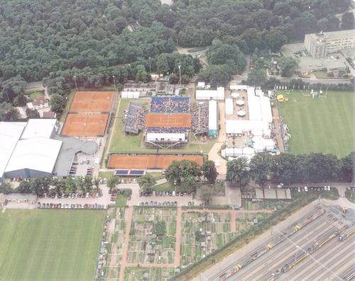 """Luchtfoto van tenniswedstrijd """"Energis Open"""" in het sportcomplex de Bokkeduinen."""