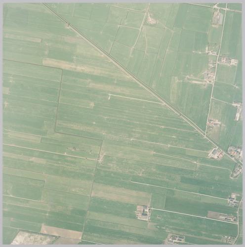 Luchtfoto van het noordelijk buitengebied van Hooglanderveen. Bovenaan liggen de Laak, de Domstraat en de Achterhoekerweg; alle in de gemeente Nijkerk. Schaal 1:2500.