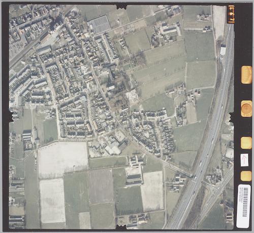 Luchtfoto van (het grootste deel van) het dorp Hooglanderveen, met rechtsonder de Rijksweg A28.