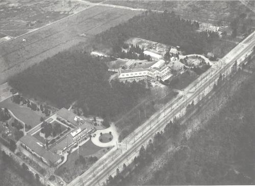 Luchtfoto van Rusthuis De Lichtenberg aan de Utrechtseweg 293, met rechts het gelijknamige Ziekenhuis.