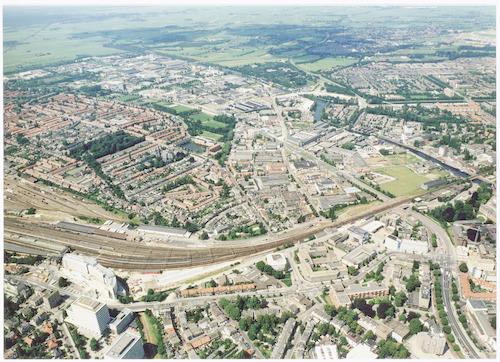 Luchtfoto van het spoorwegemplacement, het Soesterkwartier en het Industriekwartier Isselt. Onderaan van links naar rechts het Stationsplein, de Stationsstraat, van Asch van Wijckstraat en Stadsring. Het verloop van de Eem is goed zichtbaar. Verder naar de achtergrond de wijken Koppel, Schothorst, Stadspark Schothorst en Hoogland.