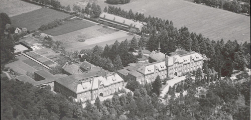 Luchtfoto van het Klooster Sint Joseph (links) en het Sint Alphons Retraitehuis aan de Barchman Wuytierslaan 55 en 53.
