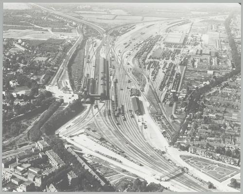 Luchtfoto van station met spoorweg-emplacement. Rechts een deel van het Soesterkwartier (met het rosarium), links een deel van de wijken Zonnehof en Bergkwartier.