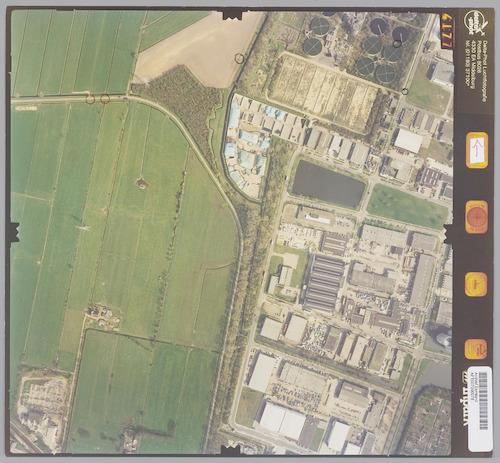 Luchtfoto van het westelijke deel van industriekwartier De Isselt, met links het weidegebied van Soest. Rechtsboven zien we de Rioolwaterzuiveringsinstallatie aan de Nijverheidsweg-Noord. Links de A.P. Hilhorstweg.