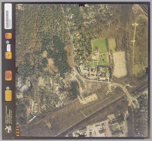 Luchtfoto van Birkhoven (links) van de Barchman Wuytierslaan) en de Bokkeduinen (rechts). In Birkhoven zien we het dierenpark, in de Bokkeduinen o.a. Vormingscentrum De Vlasakkers. Rechtsonder de spoorlijn Amersfoort-Hilversum en een gedeelte van de Bernhardkazerne.