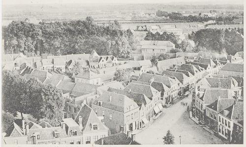 Overzichtsfoto van het gebied tussen de Varkensmarkt (voorgrond), Arnhemsestraat (rechts), Zuidsingel (links) en Plantsoen-Zuid. In Plantsoen-Zuid de Meisjesschool.