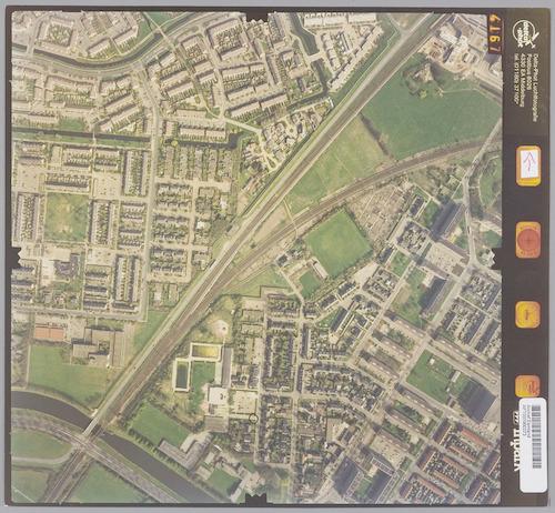 Luchtfoto van het gebied rondom de splitsing van de spoorlijnen naar Apeldoorn en Zwolle. Rechts-onder ligt Liendert, links-boven Schothorst. In de punt rechts-boven zien we een nog onbebouwd deel van De Hoef.