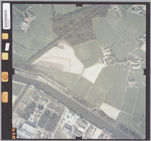 Luchtfoto van het zuidelijk deel van Hoogland-West (officieel: Buitengebied West), d.w.z. het gebied Weerhorst. Onderaan: de rivier de Eem met de Grebbeliniedijk en de Rioolwaterzuiveringsinstallatie in Isselt.