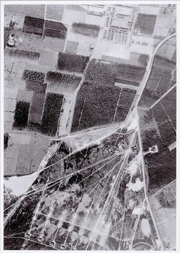 Luchtfoto van Kamp Amersfoort. Het noorden is aangegeven.