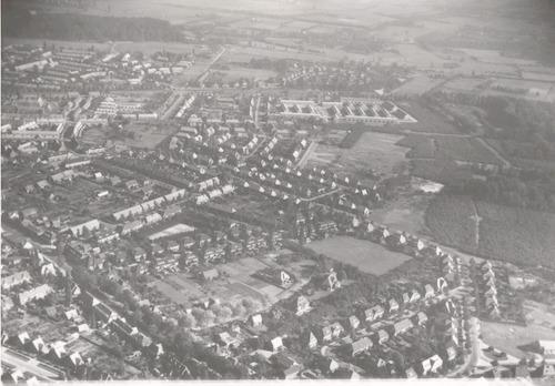 Luchtfoto van het Leusderkwartier tussen Leusderweg en Jan van der Heijdenstraat (rechtsonder) in oostelijke richting.
