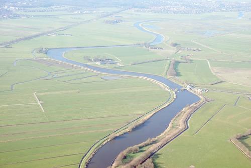 Luchtfoto van polders langs de Eem. Luchtfoto ter hoogte van Landgoed Coelhorst in noord-westelijke richting. Links van de rivier ligt de gemeente Soest; op de achtergrond de bebouwing van Baarn.