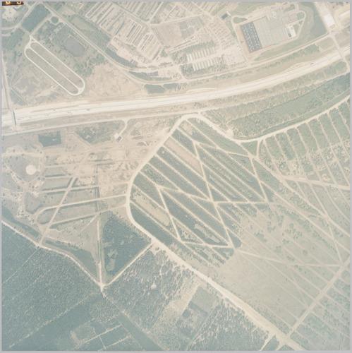 Luchtfoto van militair oefenterrein de Leusderheide, ten zuiden van Rijksweg A28. Dit terrein ligt voor een deel op Amersfoorts grondgebied en voor het overige in de gemeente Leusden. Ten noorden van de A28 ligt het terrein van Domeinen, in de gemeente Soest.