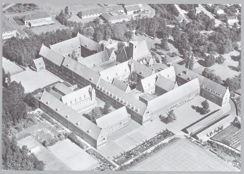 Luchtfoto van het gebouw Onze Lieve Vrouw ter Eem, Daam Fockemalaan 22. Hierop is de nieuwe vleugel van het lyceum te zien (rechts), die op 1 januari 1957 in gebruik was genomen. Deze bevatte op de begane grond: een overblijflokaal en een hal; op de eerste etage: drie klaslokalen; op de tweede etage: vier kleine klaslokalen voor de V.M.S. (= Vrije Meisjes School).