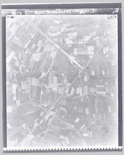 Deze foto toont het oostelijke deel van het toenmalige Hoogland. De brede weg die ophoudt bij de spoorlijn is de A1; deze zou na de oorlog worden voltooid. Bovenaan ook de Heideweg (die de A1 kruist) en Duisterweg; Llinks van de spoorlijn verder de Zielhorsterlaan en Schothorsterweg. Onderaan de Liendertseweg en Postloperssteeg. Aan deze wegen o.a. de boerderijen Vathorst, De Klapmust, Groot Emiclaer en Zielhorst.
