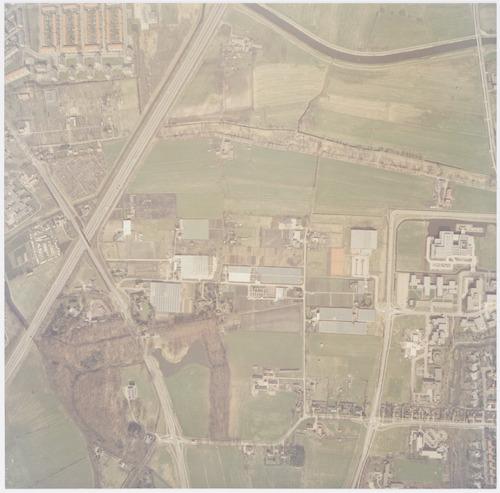 bijzonderheden: De oprit naar de snelweg vanaf de Hogeweg is later een eind naar links verplaatst. In het plantsoen langs de snelweg bovenaan is de Outputweg aangelegd.