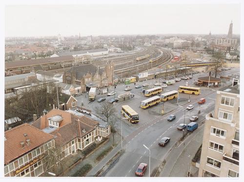 Overzichtsfoto van het Stationsplein, genomen vanaf de toren van congrescentrum De Eenhoorn. Links café-restaurant De Oude Tram, in het midden het station met de stationsfietsenstalling. Op de achtergrond de perrons van de spoorwegen, Van Gend & Loos, het Soesterkwartier en het Smallepad.