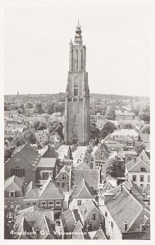 De Onze-Lieve-Vrouwetoren, gezien vanaf het dak van de Sint Joriskerk, met daarvoor het Lieve Vrouwekerkhof, de Langegracht en de Krommestraat. Op de achtergrond de Amersfoortse Berg.