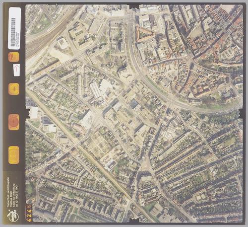Luchtfoto van de wijk Zonnehof en omgeving. Rechtsboven een deel van de binnenstad, rechtsonder het Vermeerkwartier en linksonder (onder de Ponlijn) het Bergkwartier.