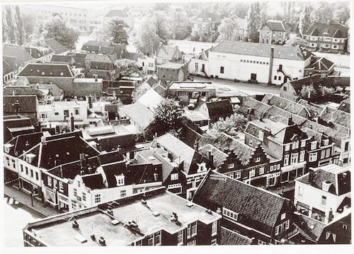 Het gebied tussen de Utrechtsestraat en Arnhemsestraat vlak voor de sanering van 1964, gezien vanaf de Onze Lieve Vrouwetoren. Linksonder de Varkensmarkt, rechtsonder de Utrechtsestraat. Op de achtergrond Amicitia.
