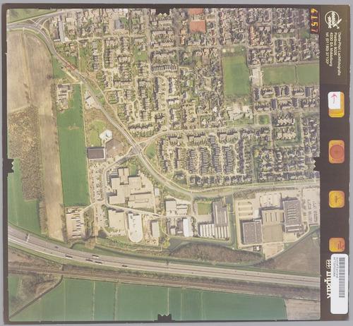 Luchtfoto van het zuidwestelijk deel van Hoevelaken. Onderaan Rijksweg A1, daarboven bedrijventerrein Overhorst, vervolgens de Koninginneweg en dan het dorp zelf.